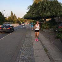 springer med rosa skor